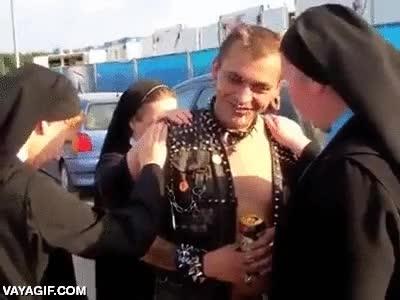 Enlace a Un grupo de monjas intentando salvar el alma de este ser infernal con piercings