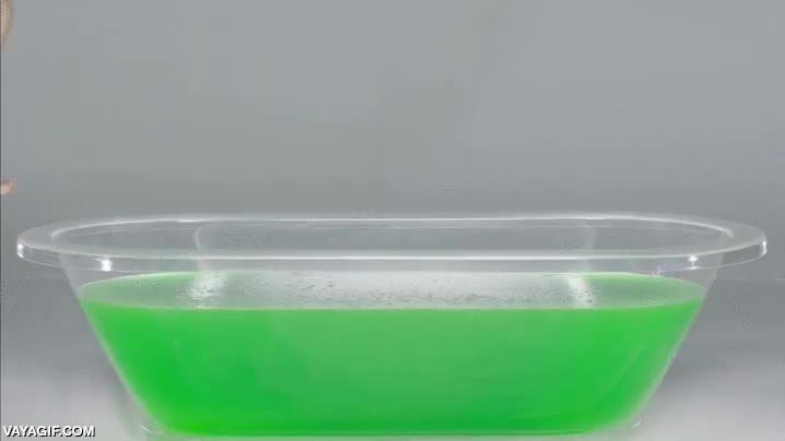Enlace a Esto es lo que pasa si te tiras en una bañera de gelatina
