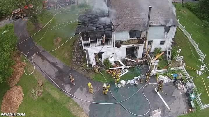 Enlace a Grabar la actuación de los bomberos con un dron desde el cielo en un incendio tiene sus riesgos