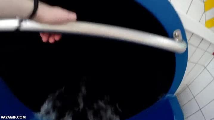 Enlace a Un tobogán acuático de tubo totalmente oscuro con luces de LED, menudo viaje