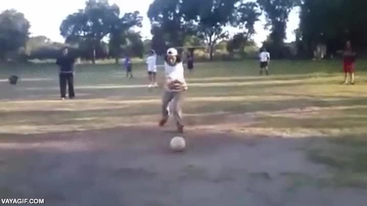 Enlace a Así soy yo cuando intento impresionar a la chica que me gusta con mis habilidades futbolísticas