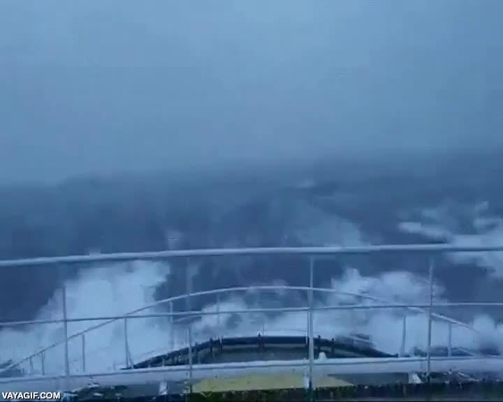 Enlace a Jiñe máximo si estás en un barco y ves estas olas acercarse a ti