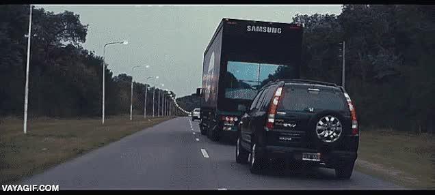 Enlace a El camionero amable. Pone una cámara detrás para que puedas ver lo que ve él y sepas si adelantar