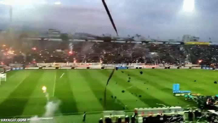 Enlace a No se está incendiando el campo de fútbol, son los aficionados y su manera de amedrentar al rival
