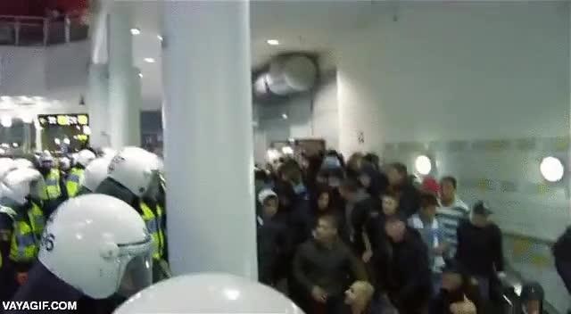 Enlace a Cuando ves a la poli en el metro y no has pagado el ticket