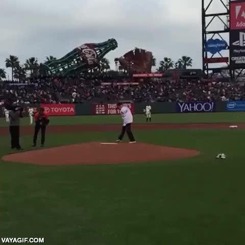 Enlace a Hombre sin brazos lanzando el primer pitch