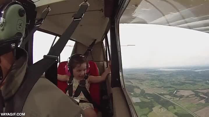 Enlace a Niña de 4 años flipa en su primer vuelo acrobático con su padre