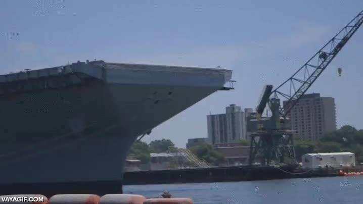 Enlace a Prueban la catapulta magnética de un portaaviones lanzando camiones al mar como si nada