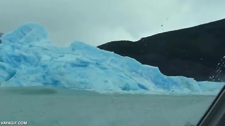 Enlace a ¿Habías visto alguna vez un iceberg dándose la vuelta?