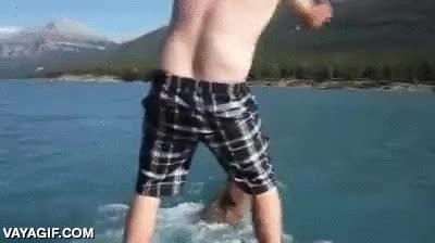 Enlace a Un tío boracho a lomos de un alce navegando por el río. ¿Qué hay de raro?