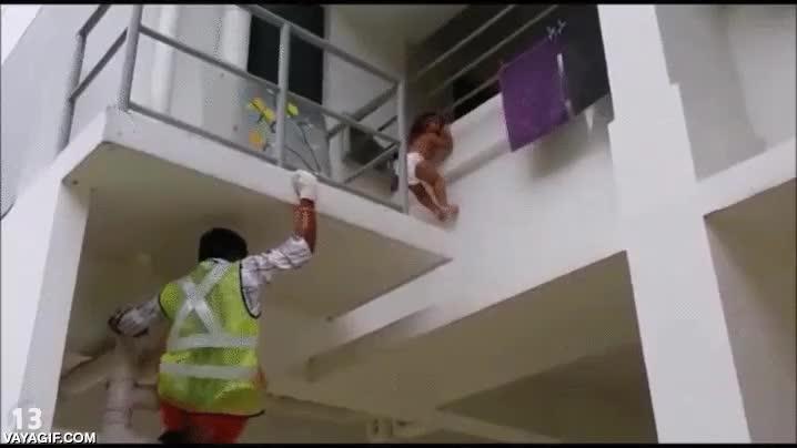Enlace a Esto sí que es un héroe. Spiderman real salva a niño pequeño atrapado