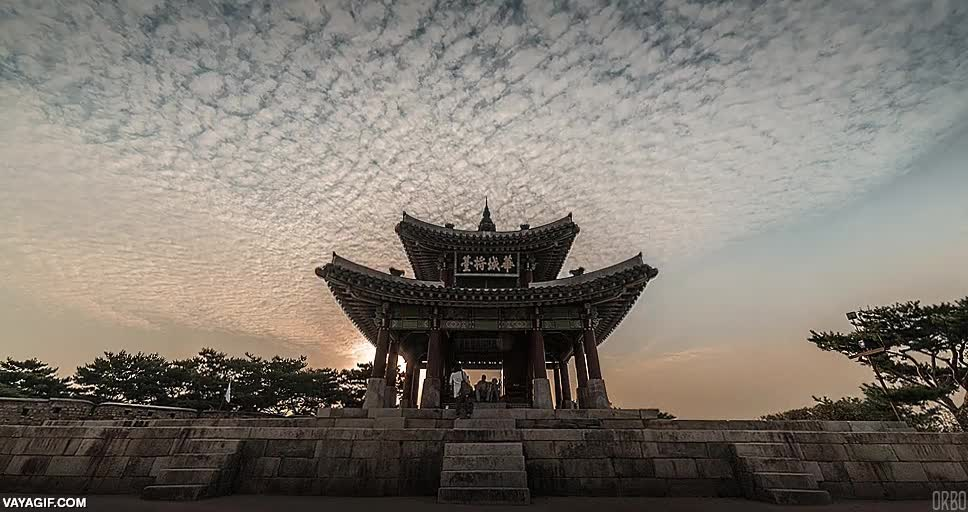 Enlace a Un precioso manto de nubes sobre la fortaleza Suwon Hwaseong de Corea del Sur
