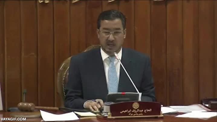 Enlace a Esta fue la reacción de Abdul Rauf Ibrahimi en el momento del ataque talibán al parlamento afgano