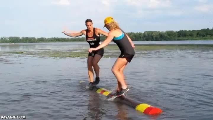 Enlace a Curiosa competición de equilibrio sobre un tronco rodante que flota