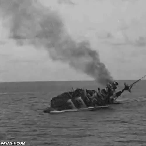 Enlace a La tripulación de este barco de guerra saltando al agua mientras naufragaban antes de la explosión
