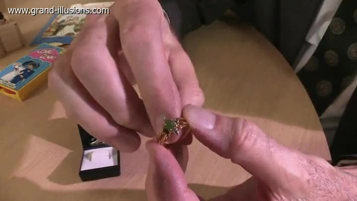 Enlace a Un anillo reversible con doble opción para la joya que corona