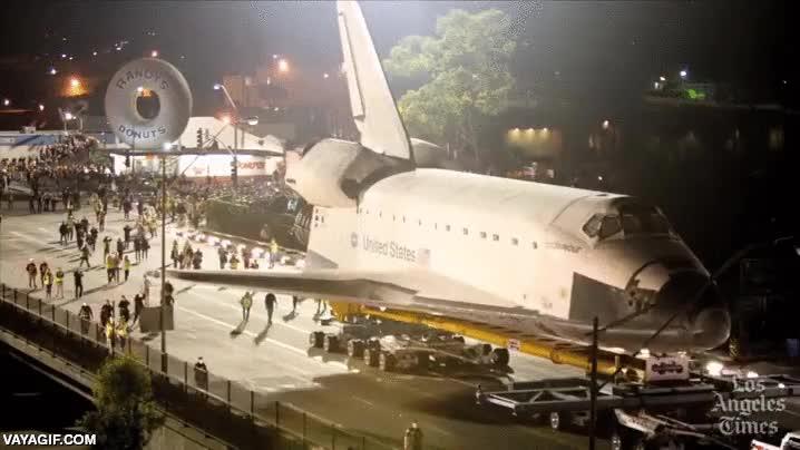 Enlace a El transbordador Endeavour de excursión por Los Angeles de camino a su nueva casa