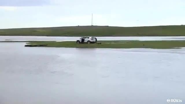 Enlace a Tres turistas por Islandia se quedan atrapados por la marea con su coche en una mini-isla