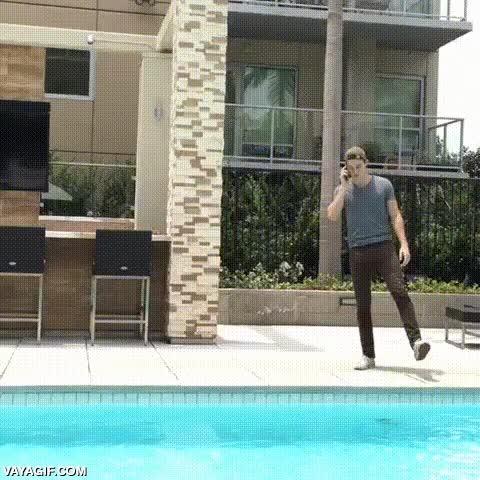 Enlace a Consejo: No hables por el móvil cerca de una piscina, nunca sabes qué puede pasar