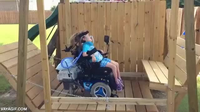 Enlace a Un increíble columpio adaptado para una silla de ruedas eléctrica