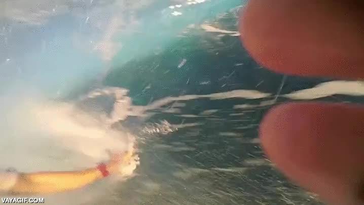 Enlace a Atravesando el tubo de una ola, ¡qué refrescante!