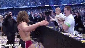 Enlace a Daniel Bryan abrazando a un joven fan enfermo al acabar Wrestlemania