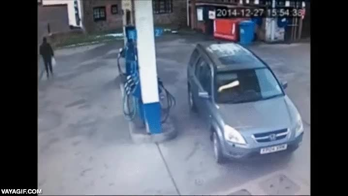 Enlace a Creo que esta señora tiene algún problemilla para acertar el lado del depósito en la gasolinera