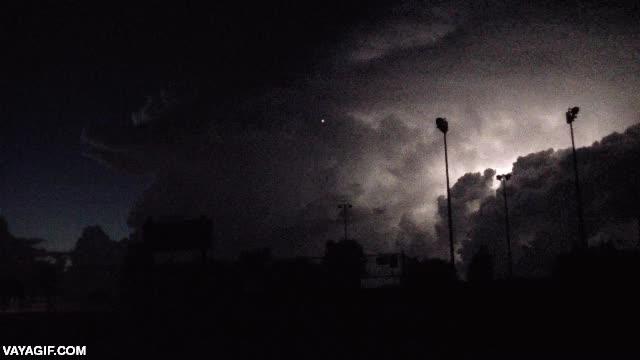 Enlace a ¿Ves el puntito de luz entrando en la tormenta? Es un avión comercial que no conoce el miedo