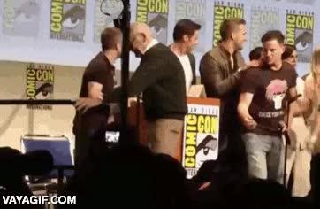 Enlace a En un escenario lleno de superhéroes, Channing Tatum es el único que ayuda a Stan Lee a sus 92 años