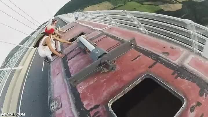 Enlace a Salto base desde un puente sobre un tren en marcha