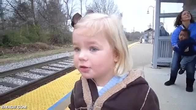 Enlace a Esta niña lo flipa al ver un tren por primera vez