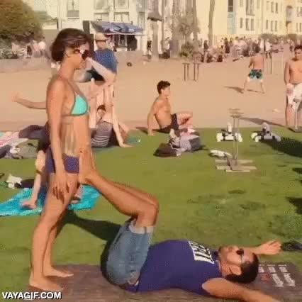Enlace a Acrobacias con tu novia en la playa