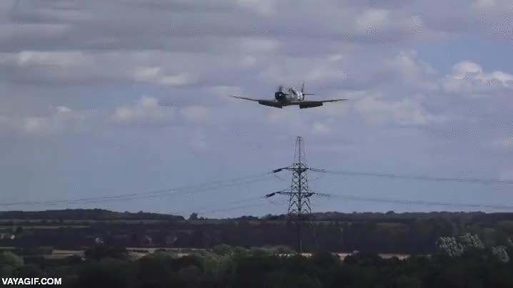Enlace a Un piloto experto consigue aterrizar de emergencia una réplica de Spitfire sin el tren de aterrizaje