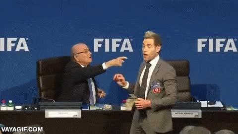Enlace a El cómico inglés Lee Nelson le lanza dinero encima a Blatter, ex-presidente de la FIFA