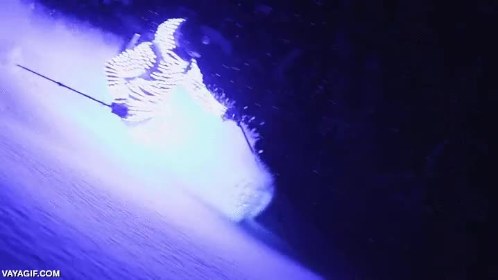 Enlace a Esquiando fuera pistas de noche con un traje luminiscente