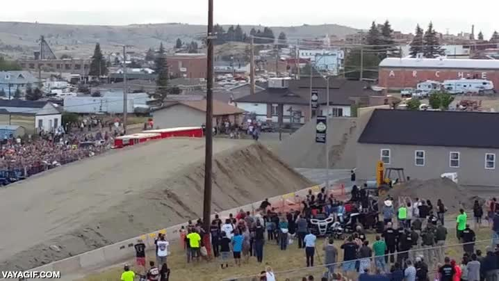 Enlace a Creo que es un nuevo récord de salto de longitud en camión
