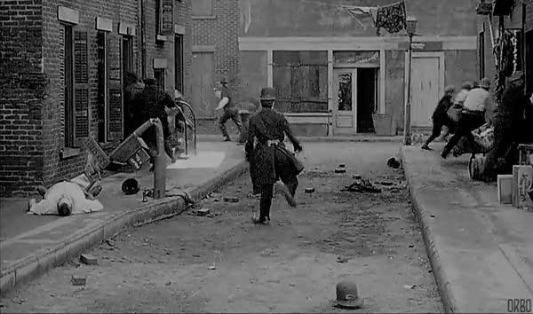Enlace a Charles Chaplin, un policía más temido que el juez Dredd