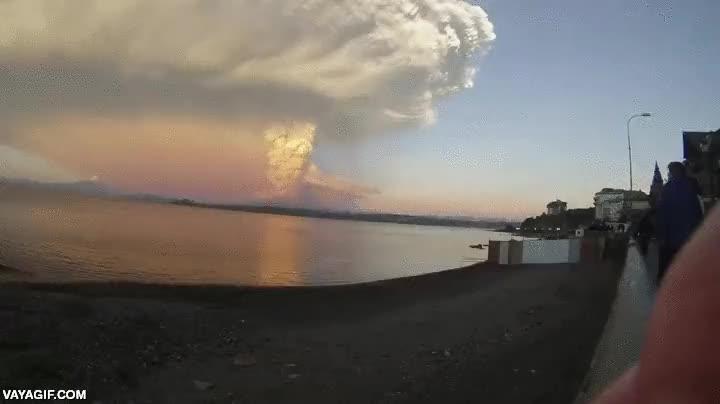 Enlace a Espectacular erupción volcánica en timelapse vista desde la costa
