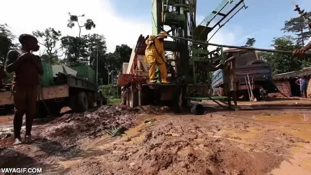 Enlace a Esta aldea africana celebra así la construcción del primer pozo de agua potable