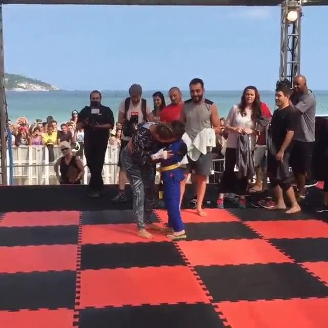 Enlace a Ronda Rousey, una campeona de MMA, se rinde ante uno de sus fans más jóvenes