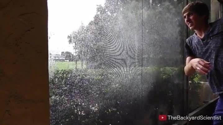 Enlace a Espectacular efecto a cámara lenta de una pantalla empapada de agua siendo golpeada