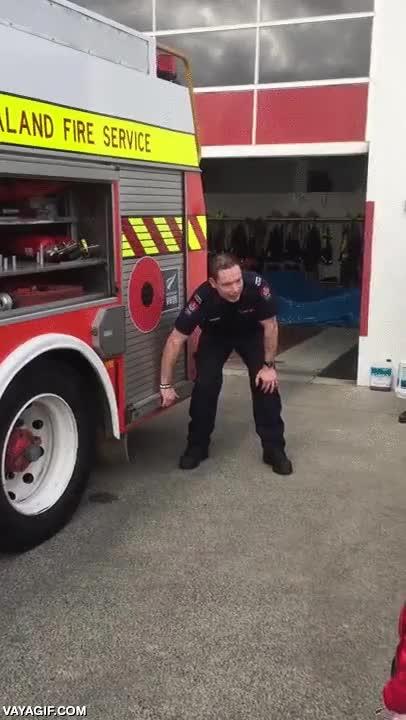 Enlace a La mejor arma secreta del camión de bomberos es...