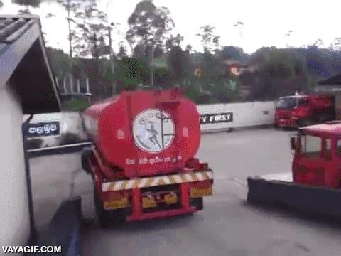 Enlace a Este camionero de Sri Lanka tiene muy bien controlado su camión cisterna
