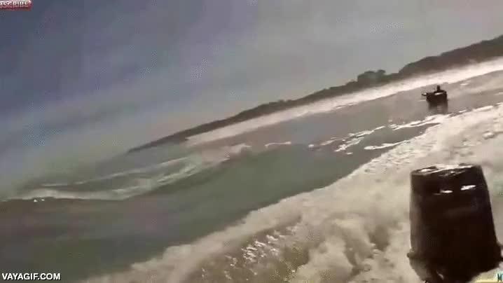 Enlace a Pillar una ola sobre un neumático enganchado a una barca a cierta velocidad se acaba pagando