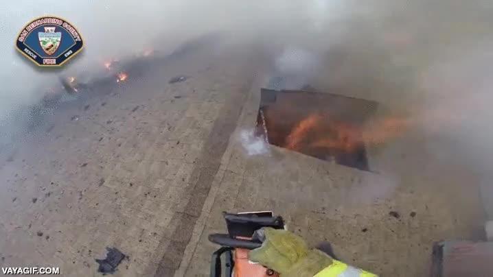 Enlace a Así se abren paso los bomberos a una casa en llamas desde el techo