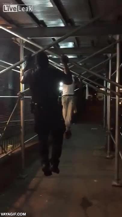 Enlace a Este policía neoyorkino desafía a este hombre armado para solucionar el problema y le gana