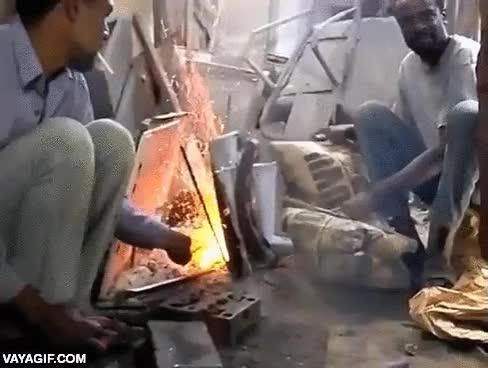Enlace a Estos herreros africanos utilizan sacos de cemento como fuelle para avivar el fuego