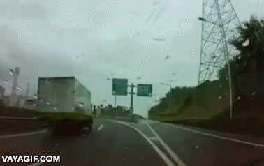 Enlace a ¿Pero qué demonios hace ese camionero que invade mi carril? Pues hacerte frenar para avisarte...