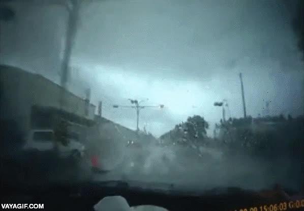 Enlace a Esto es lo que pasa cuando un tornado te pasa por encima por la carretera