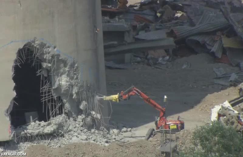 Enlace a El mejor trabajo del mundo, demoledor de edificios por control remoto